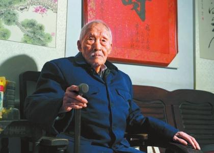 """101岁抗战老兵""""归队"""":提起抗战他仍有摆不完的故事"""