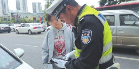 成都高新南区交通管理通告实施第1天:多辆车因违停被罚