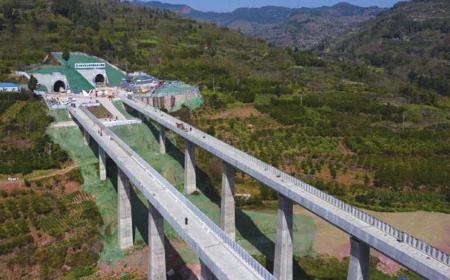 成都地铁18号线龙泉山隧道贯通
